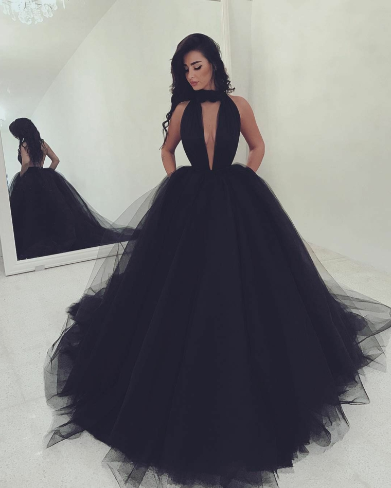 Abito principesco nero, vestito lungo con tulle, ragazza con capelli ricci, abito da sera in tulle