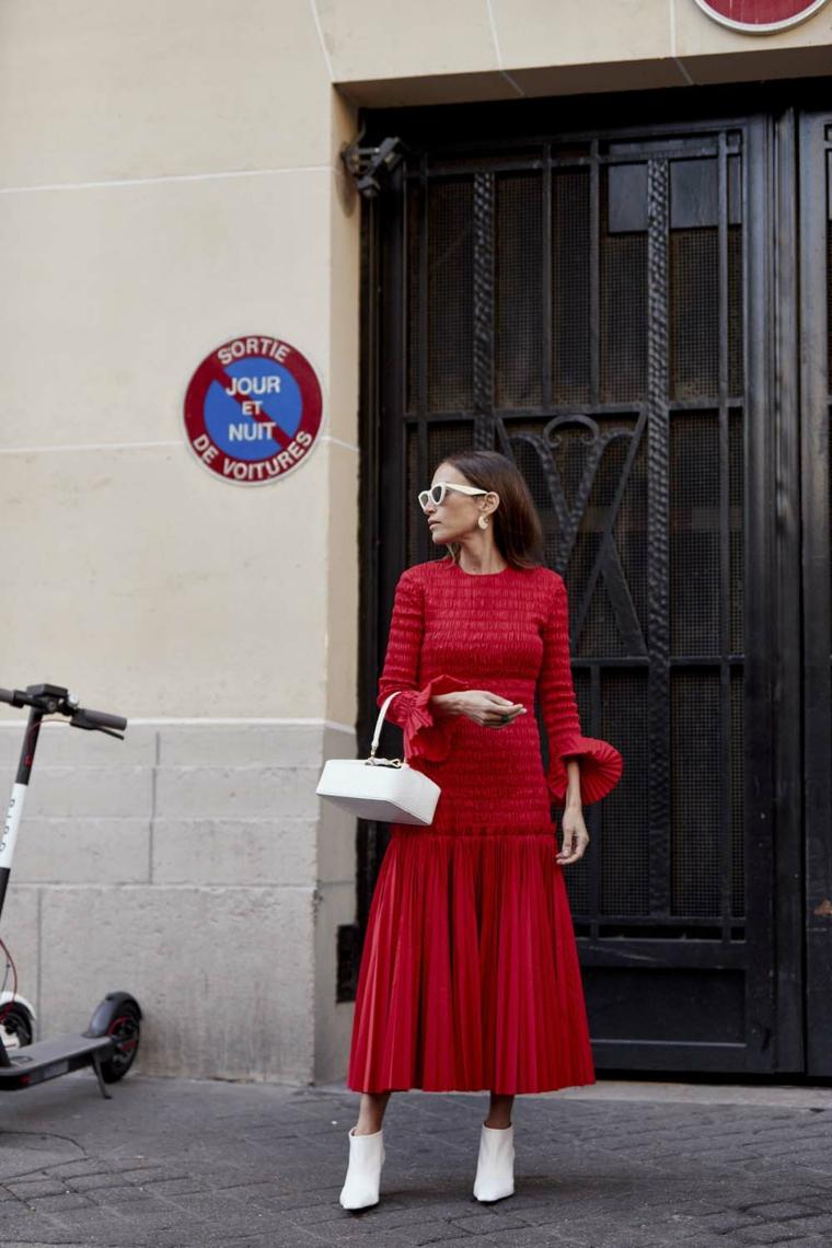 Abiti eleganti per signora, vestito plissettato rosso, abito con manica volant, capelli castani lisci donna