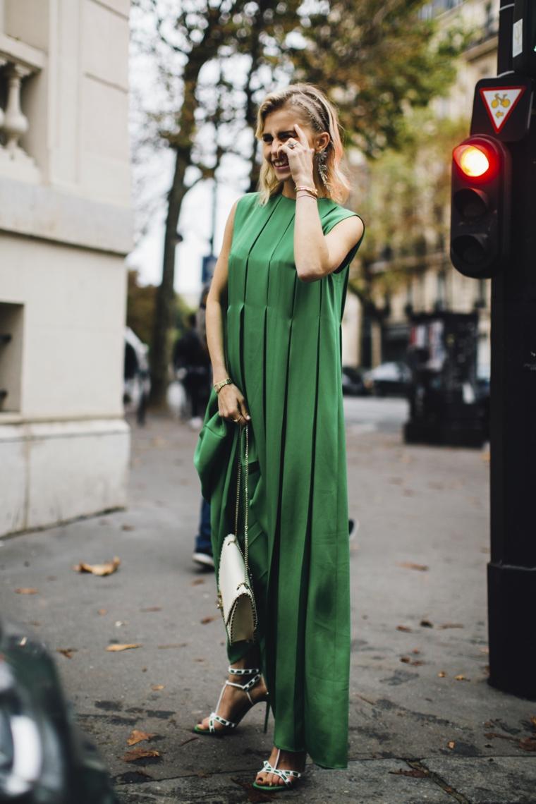 Abito verde di sera, vestito con plissetta, capelli biondi mossi, donna con tacchi alti