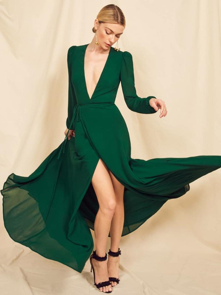 Abito verde con spacco, vestito con scollatura, donna con capelli raccolti, tacchi alti neri
