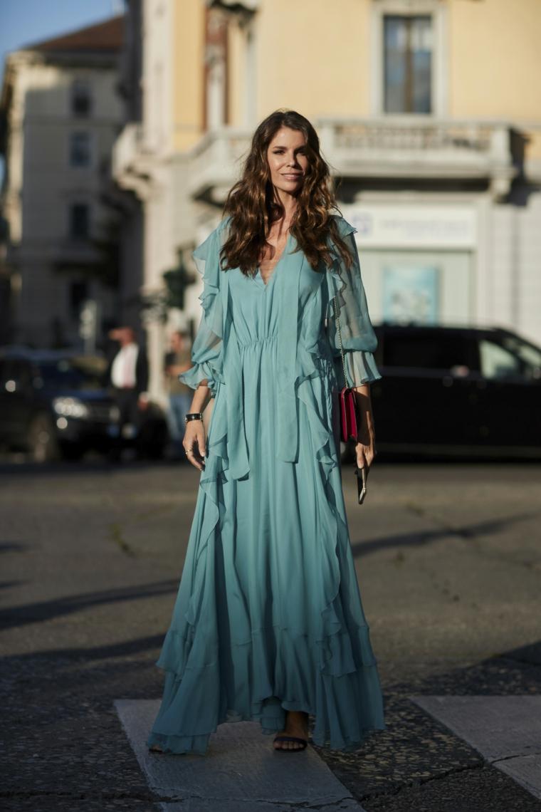 Abito colore turchese, vestito con volant, manica larga trasparente, donna con capelli ricci