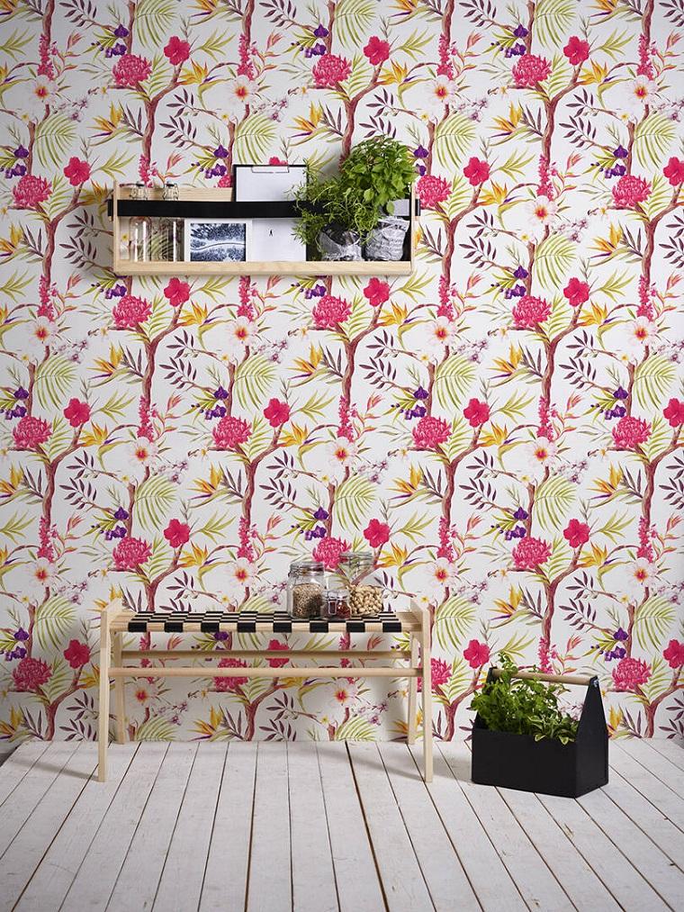 Soggiorno con panchina di legno e mensola, sfondi floreali per le pareti, muro con carta da parati