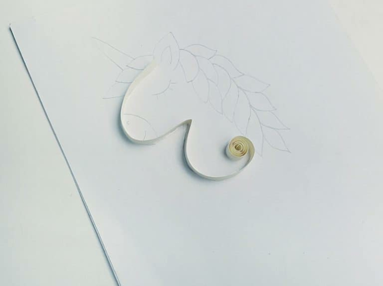 Incollare la striscia di carta, immagini da disegnare facili, schizzo a matita di un unicorno