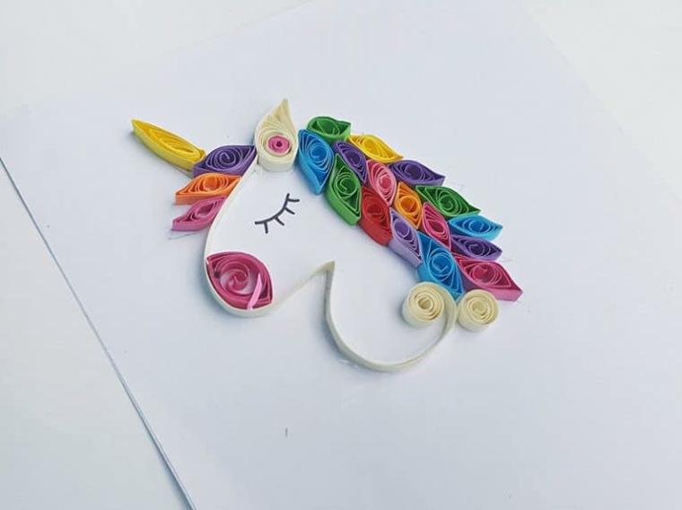 Come disegnare un unicorno, schizzo ricoperto con strisce di carta, paper quill con strisce di carta colorata