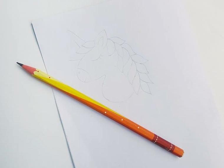 Unicorno disegno, disegno a matita, foglio bianco con un disegno di unicorno
