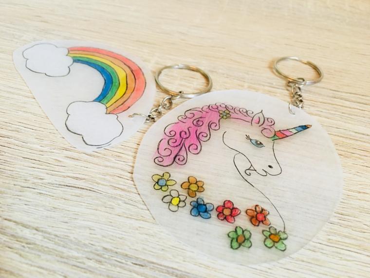 Disegno di un unicorno sulla carta trasparente, portachiavi personalizzato con disegno