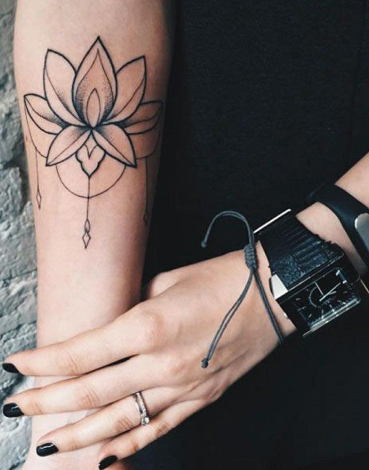 Tatuaggio sull'avambraccio di una donna, tattoo fiore di loto, tatuaggio simboli mandala