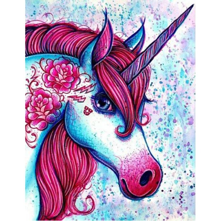 Disegno di un unicorno, fiori e criniera colorata di rosso, muso di un unicorno