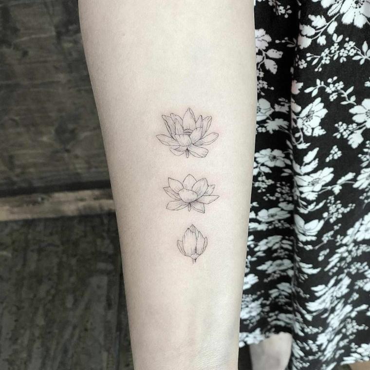 Tatuaggio sull'avambraccio, tattoo di tre fiori di loto, tattoo con simboli del mandala