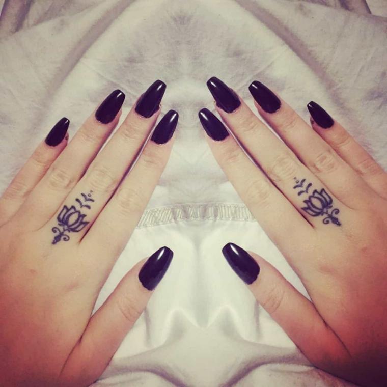 Tatuaggi e significati, tattoo di fiori di loto, tatuaggi sulle dita di una mano donna