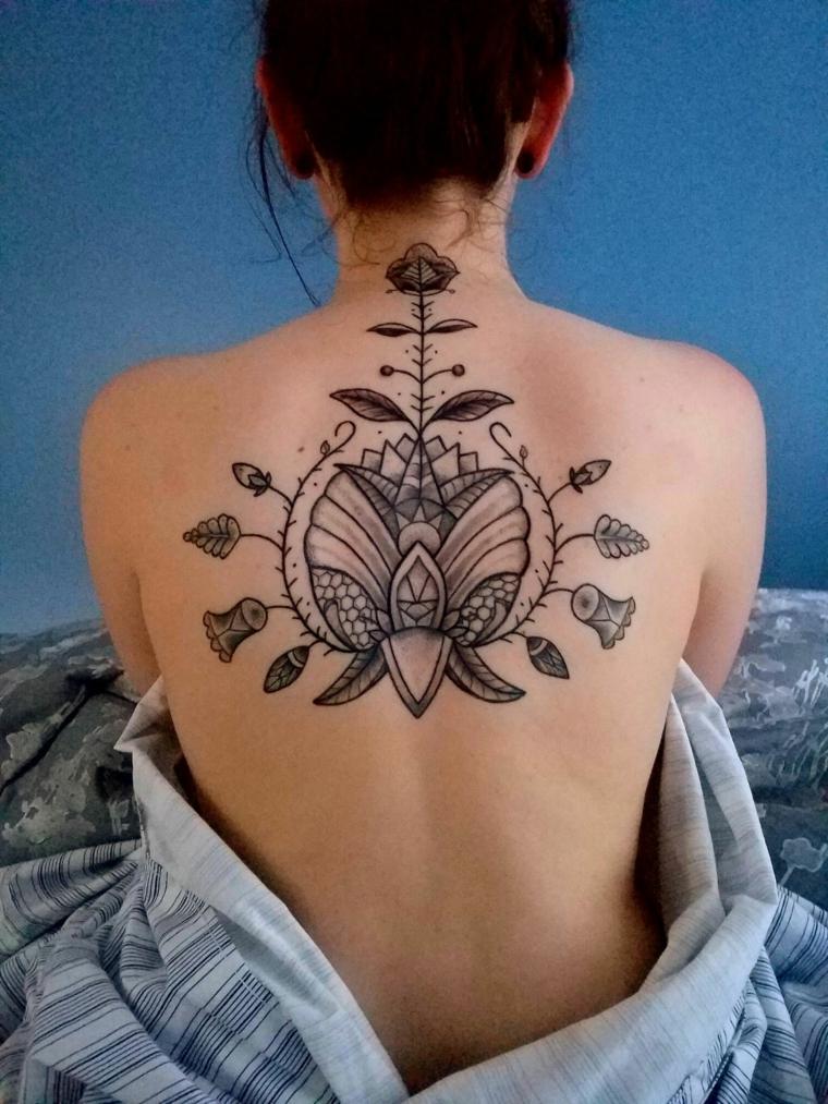 Tatuaggio schiena donna, tatuaggio di un fiore di loto, tattoo simboli e disegni mandala