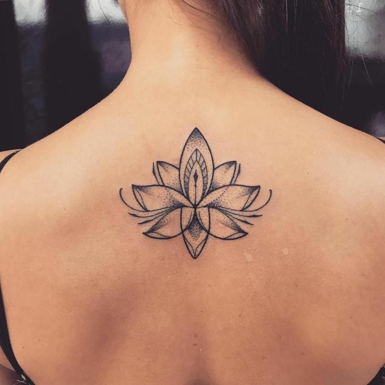 Tatuaggio schiena donna, disegno fiore di loto, donna con tattoo sulla schiena
