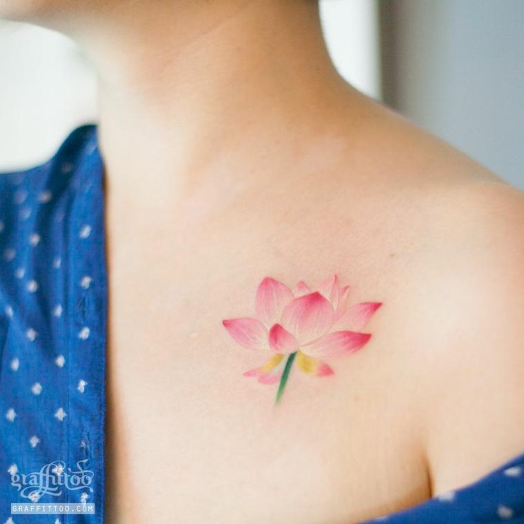 Tattoo fiore di loto, tatuaggio colorato sulla spalla, donna con un tattoo rosa