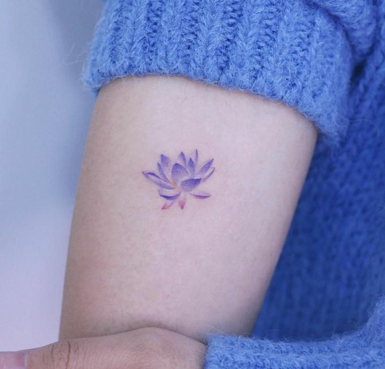 Tatuaggi e significati, fiore di loto con petali blu, tatuaggio sull'avambraccio di una donna