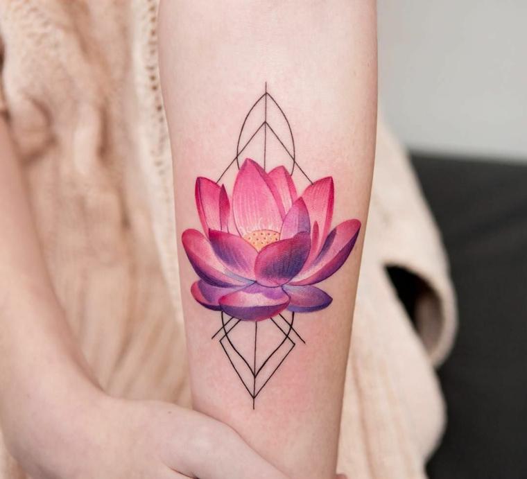 Tatuaggio colorato sull'avambraccio, fiore di loto significato, petali fiore colorati di rosa