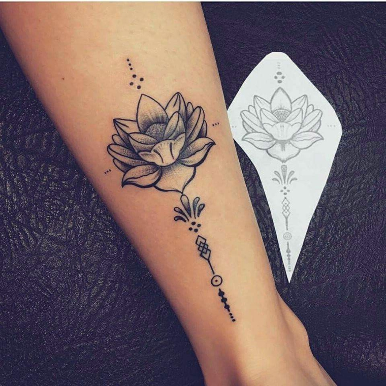 Tatuaggi e significati, disegno tatuaggio di un fiore di loto, tattoo sulla caviglia di una donna