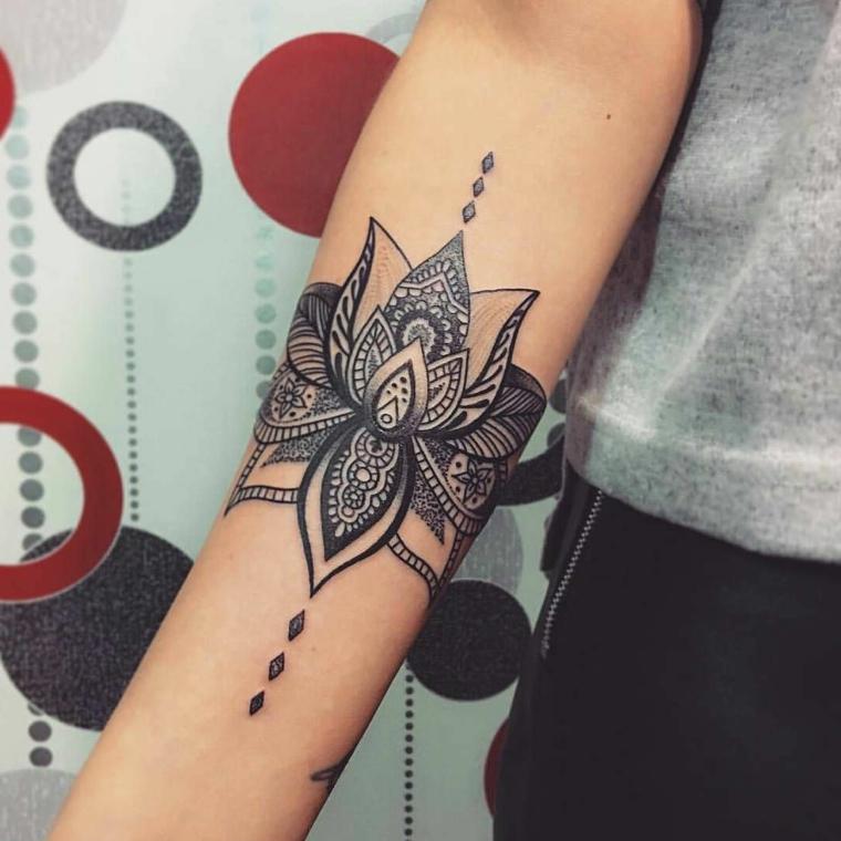 Fiore di loto tatuaggio, disegno con simboli del mandala, tatuaggio sull'avambraccio donna