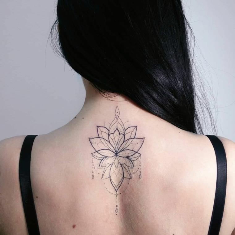 Tatuaggio schiena donna, tattoo con simboli del mandala, donna con capelli neri lisci