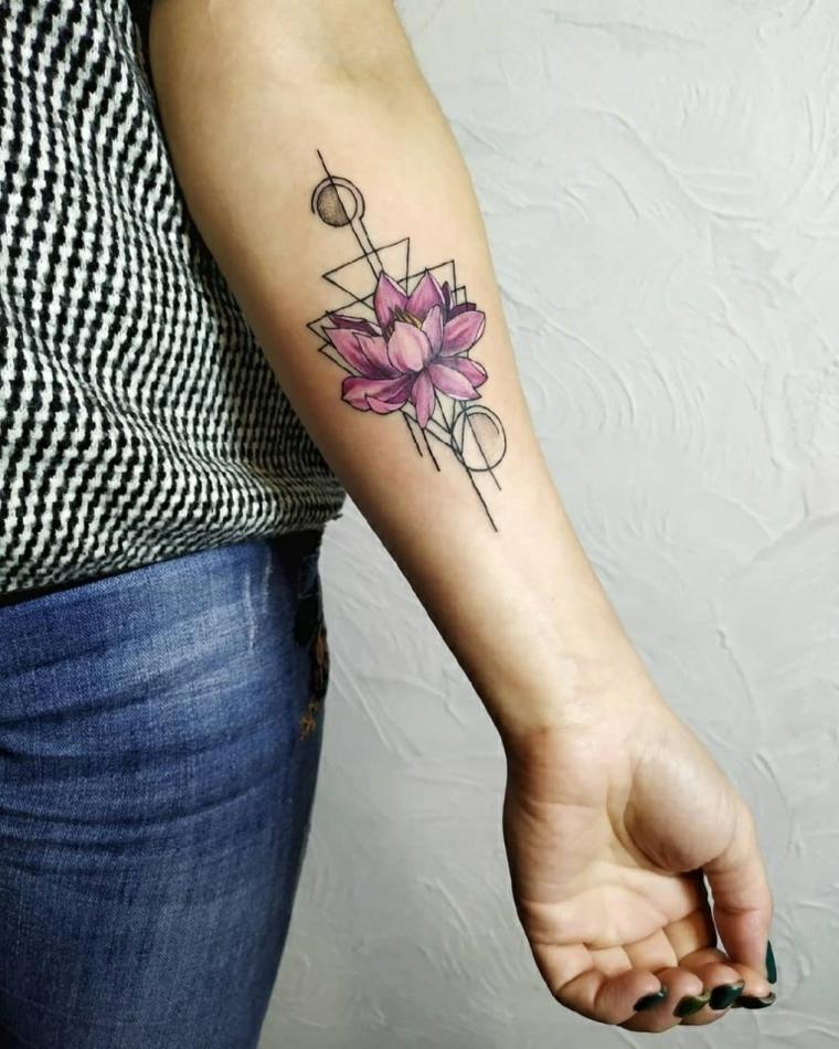 Fiore di loto tattoo, disegno di figure geometriche, tatuaggio sull'avambraccio di una donna