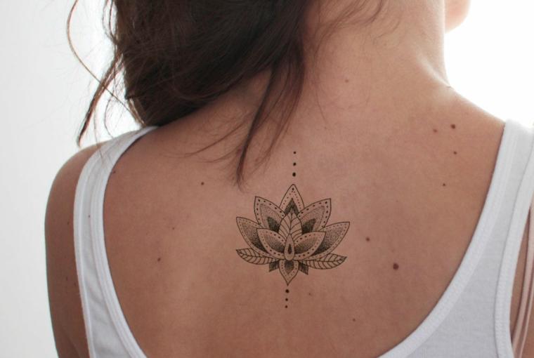 Donna con tatuaggio sulla schiena, fiore di loto mandala, donna con capelli castani