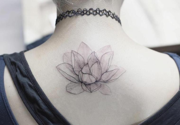 Tatuaggio schiena donna, disegno tattoo con un fiore di loto, ragazza con collana
