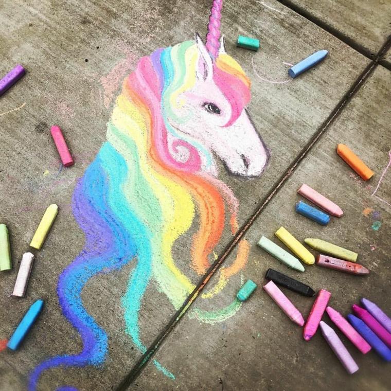 Disegno di un unicorno con i gessetti, disegno sul pavimento con gessi, immagini da disegnare facili