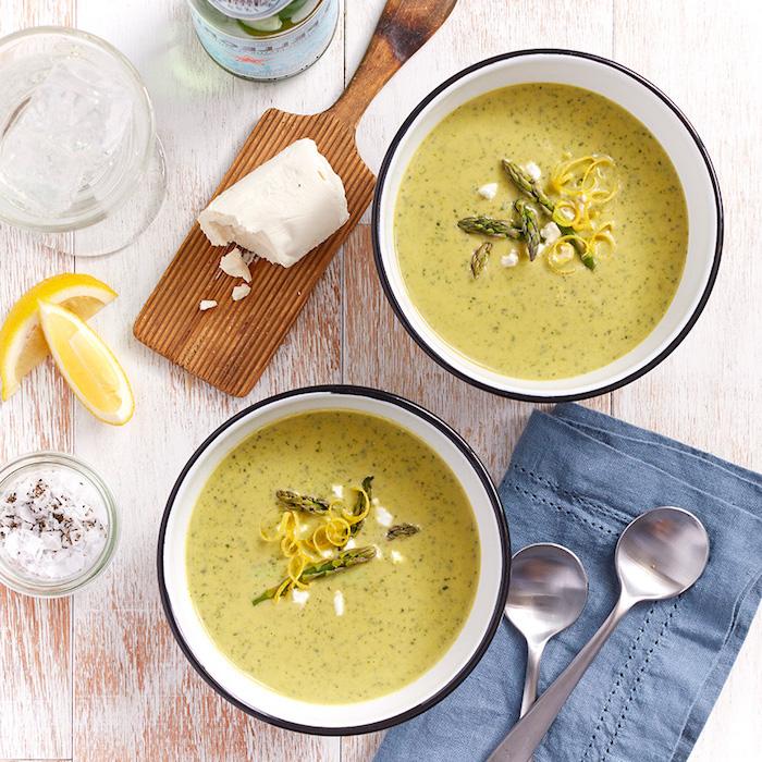 Zuppe dietetiche, minestra vellutata di asparagi, tagliere con pezzettini di pane
