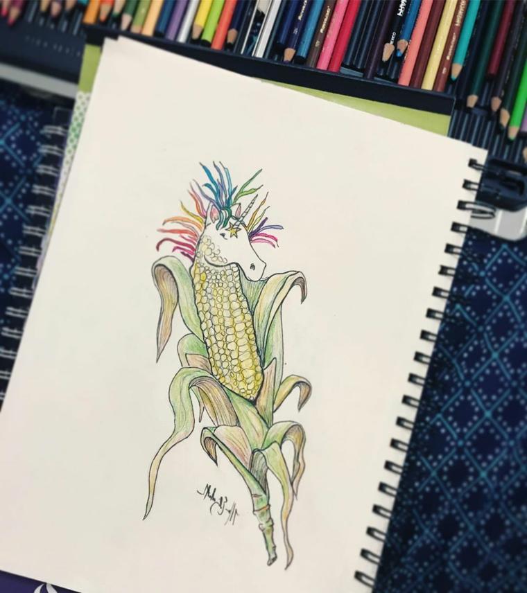 Quaderno ad anelli e matite colorate, disegno di una pannocchia unicorno, unicorno stilizzato
