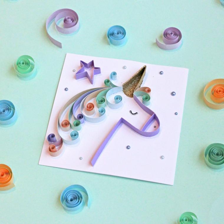 Paper quill di unicorno, unicorno stilizzato, disegno con strisce di carta colorata e glitter
