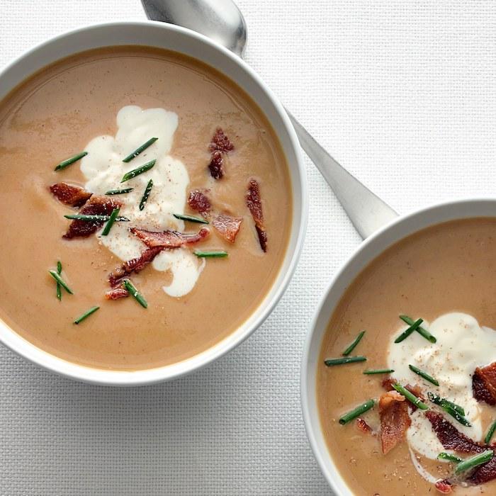 Vellutate light, minestra con le castagne, ciotola con vellutata e pezzettini di pancetta