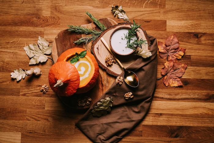 Come si fa la vellutata di zucca, zucca come ciotola, decorazioni autunnali con foglie secche