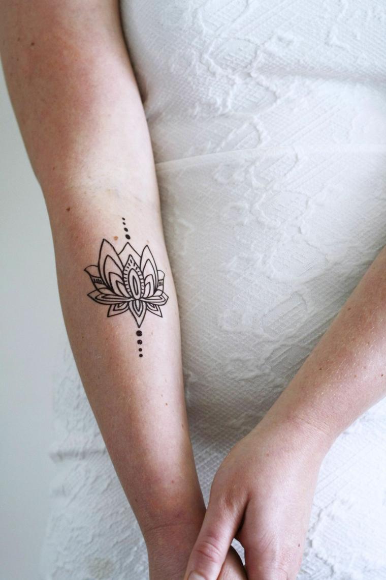 Tatuaggio temporaneo sull'avambraccio, fiore di loto significato, tattoo simboli mandala