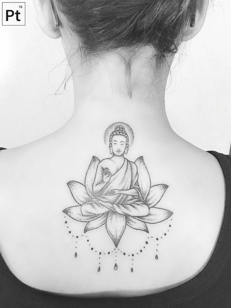 Tatuaggio con simboli buddha, tatuaggio di un fiore di loto, tattoo sulla schiena di una donna