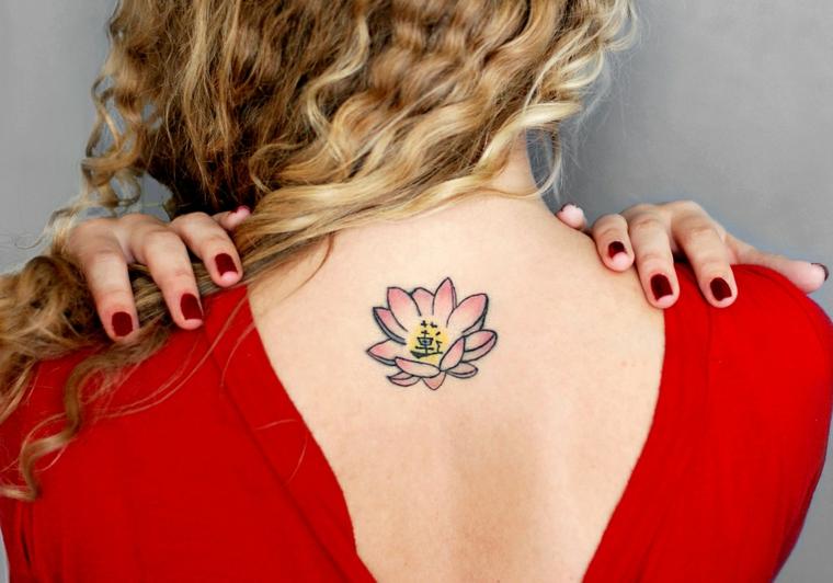 Ragazza con capelli biondi e ricci, tatuaggio schiena donna, disegno colorato di un fiore di loto