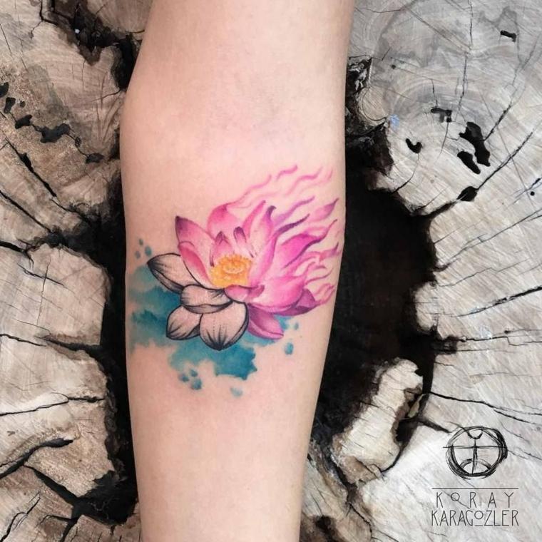 Tattoo fiore di loto, tatuaggio di un loto colorato di rosa, tatuaggio sull'avambraccio di una donna