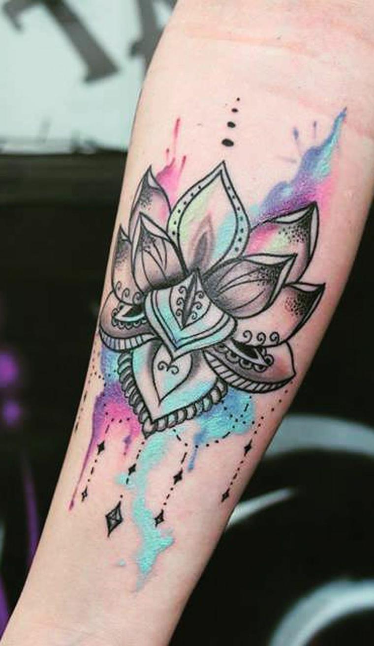 Tatuaggio sull'avambraccio di una donna, simboli del mandala, fiore di loto tattoo