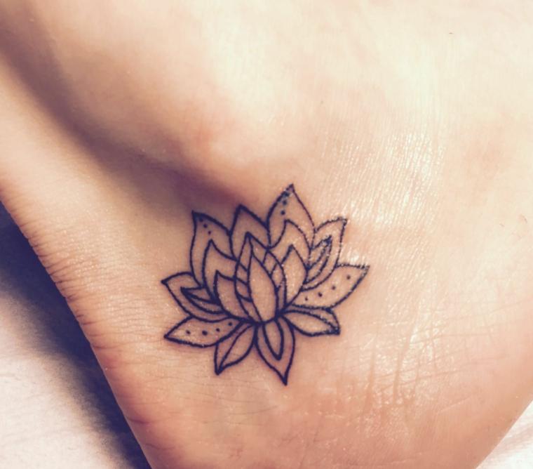 Tatuaggio donna sulla caviglia, fiore di loto tatuaggio, tattoo con simboli mandala