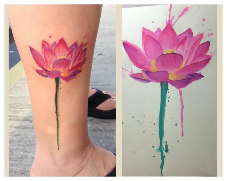 Fiore di loto significato, tatuaggio colorato sulla caviglia, disegno di un fiore rosa