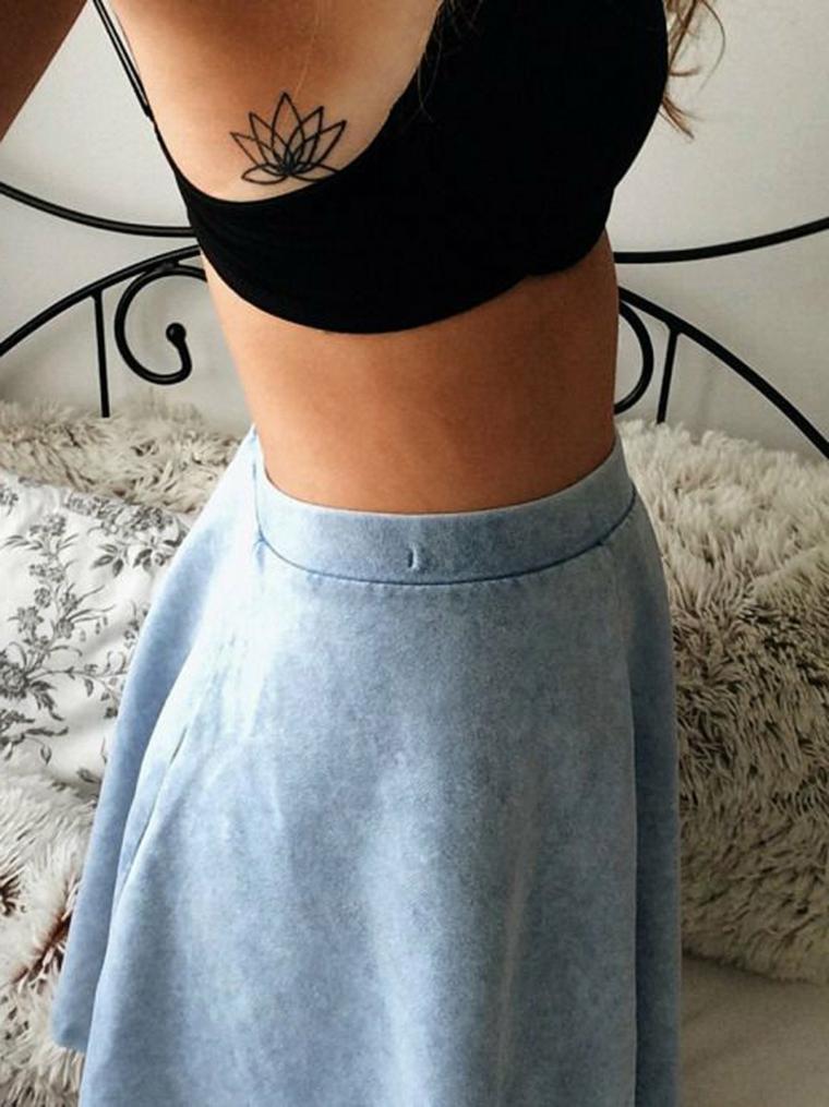 Tatuaggio sulla pancia di una ragazza, tatuaggi e significati, tattoo di un fiore di loto