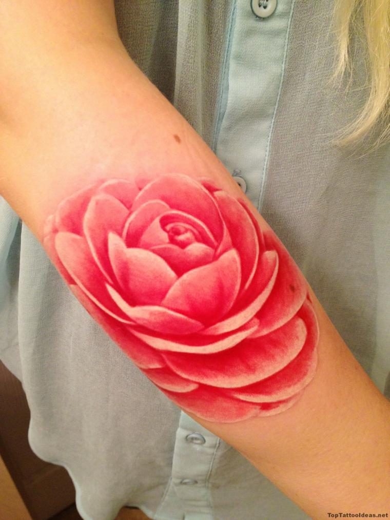 Fiore di loto tatuaggio, donna con un tattoo sull'avambraccio, fiore di loto colorato di rosa
