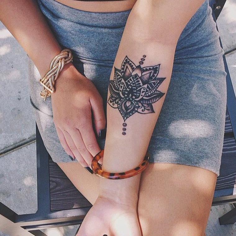 Fiore di loto mandala, tatuaggio sull'avambraccio di una donna, braccialetto di metallo