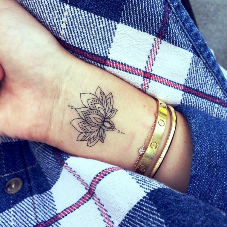 Braccialetti donna in oro, fiore di loto tattoo, tatuaggio sul polso della mano