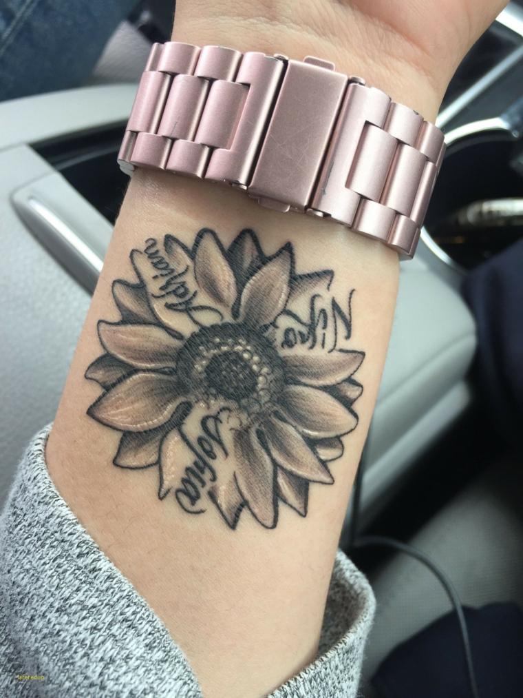 Simboli di rinascita e forza, tatuaggio di un fiore sul polso della mano, tattoo con scritte