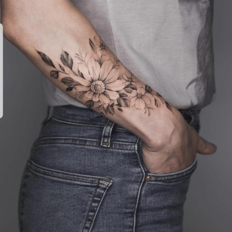Fiore di loto significato, disegno fiore con foglie, tatuaggio sull'avambraccio di una donna