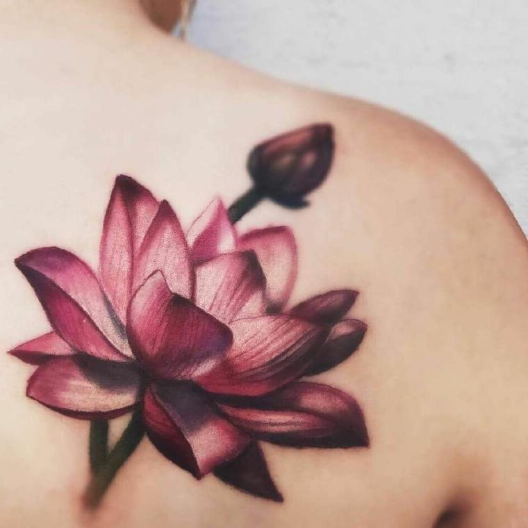 Tatuaggi e significati, tattoo di un fiore di loto colorato, tatuaggio sulla spalla di una donna