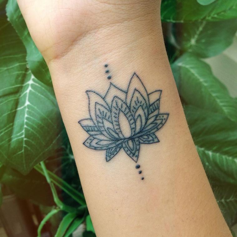 Fiore di loto tatuaggio, disegno tattoo mandala, tatuaggio sul polso della mano