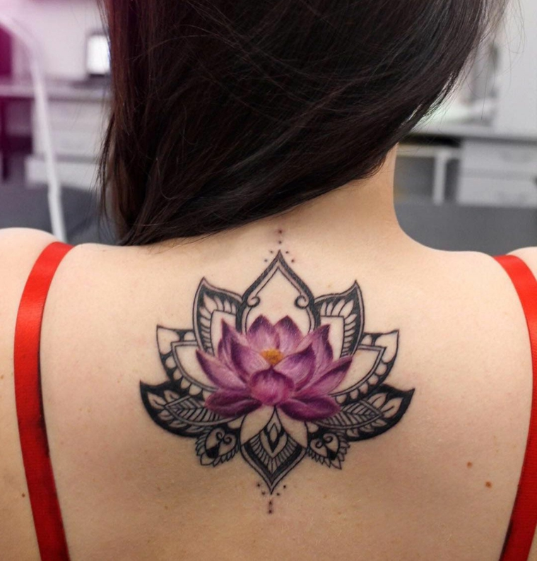 Fiore di loto tattoo, donna con un tattoo sulla schiena, tatuaggio colorato di un fiore di loto
