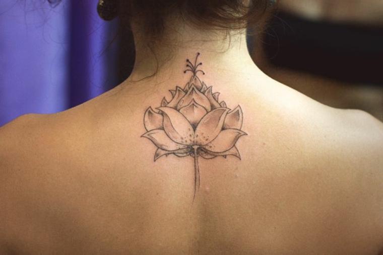 Fiore di loto mandala, donna con un tattoo sulla schiena, tatuaggio con simboli mandala