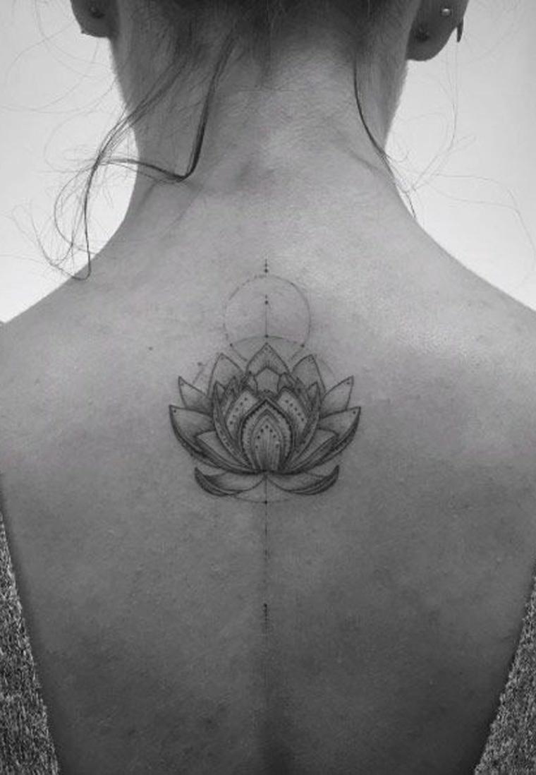 Donna con tatuaggio sulla schiena, tattoo di un fiore di loto, disegno simboli del mandala
