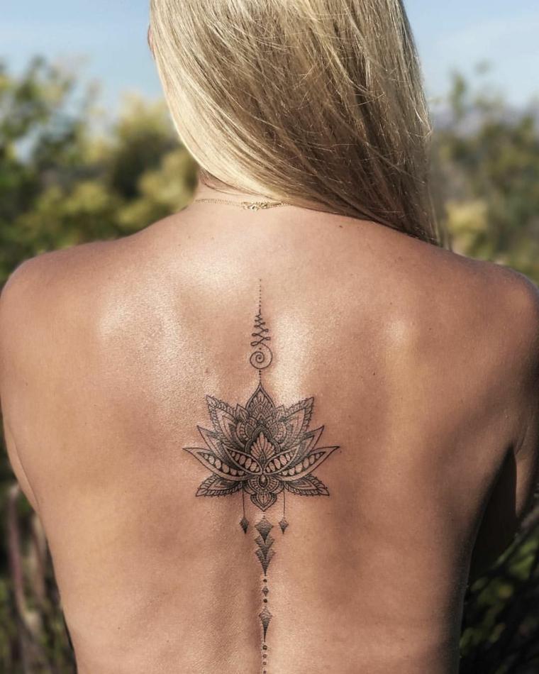 Tatto fiore di loto, tatuaggio sulla schiena di una donna, disegno mandala, donna con capelli biondi